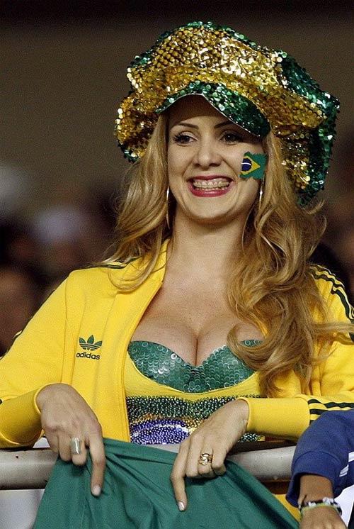 Fan nữ Brazil xinh đẹp, gợi cảm áp đảo CĐV Colombia - 6
