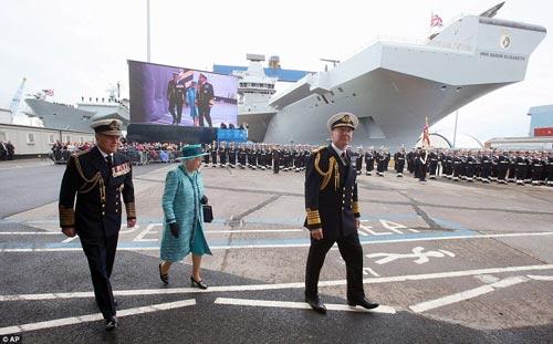 Nữ hoàng Anh bấm nút đặt tên cho tàu sân bay khổng lồ - 1