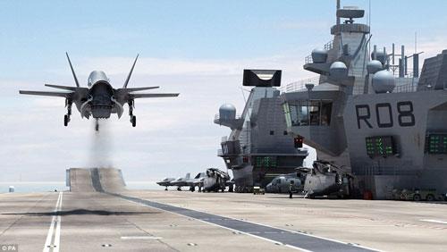 Nữ hoàng Anh bấm nút đặt tên cho tàu sân bay khổng lồ - 10