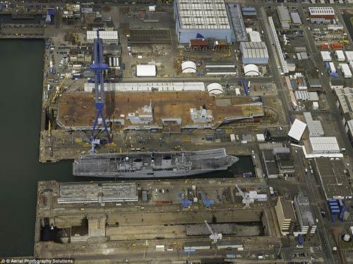 Nữ hoàng Anh bấm nút đặt tên cho tàu sân bay khổng lồ - 12