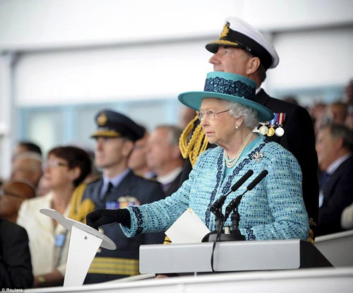 Nữ hoàng Anh bấm nút đặt tên cho tàu sân bay khổng lồ - 2