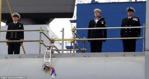 Nữ hoàng Anh bấm nút đặt tên cho tàu sân bay khổng lồ - 3