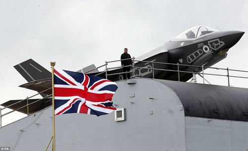 Nữ hoàng Anh bấm nút đặt tên cho tàu sân bay khổng lồ - 8