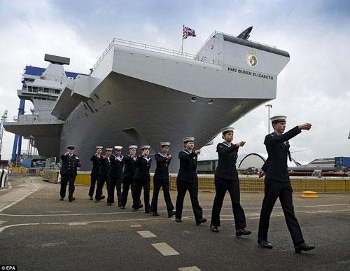 Nữ hoàng Anh bấm nút đặt tên cho tàu sân bay khổng lồ - 9