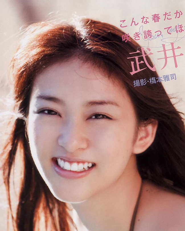 Emi Takei là nữ ca sĩ, diễn viên, người mẫu.