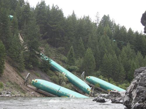 Mỹ: Lật tàu, 3 máy bay Boeing lăn xuống sông - 1