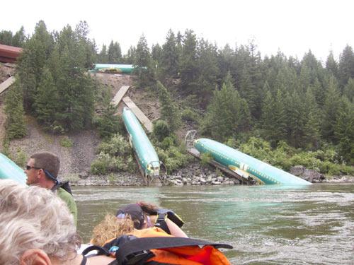 Mỹ: Lật tàu, 3 máy bay Boeing lăn xuống sông - 3