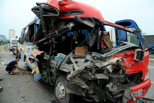 Xe khách tông xe tải, 6 người thương vong - 1