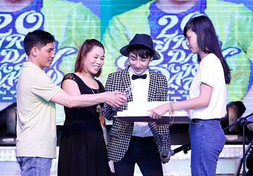 Tuổi mới, Sơn Tùng mong mua được nhà cho bố mẹ - 2