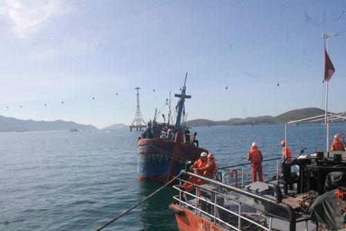 Cứu nạn thành công 12 ngư dân và tàu cá bị nạn - 1
