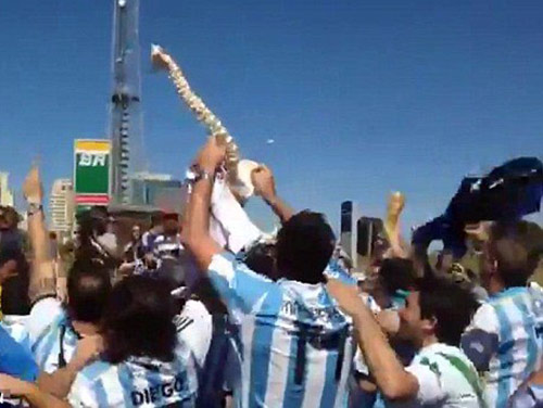 "Neymar chia tay World Cup, fan Argentina ""hả hê"" - 3"