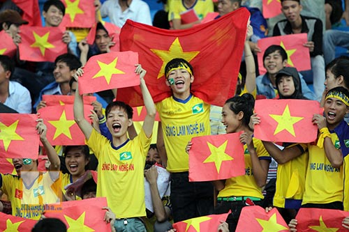 Fan SLNA nhuộm đỏ sân Đồng Nai với ngàn lá cờ Tổ quốc - 1