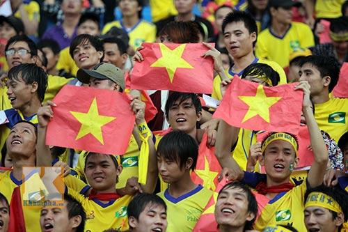 Fan SLNA nhuộm đỏ sân Đồng Nai với ngàn lá cờ Tổ quốc - 2