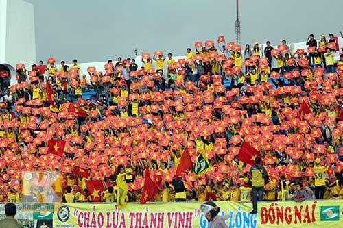 Fan SLNA nhuộm đỏ sân Đồng Nai với ngàn lá cờ Tổ quốc - 7