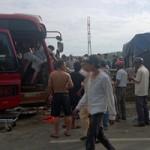 Tin tức trong ngày - Xe giường nằm tông xe tải, 17 hành khách nguy kịch
