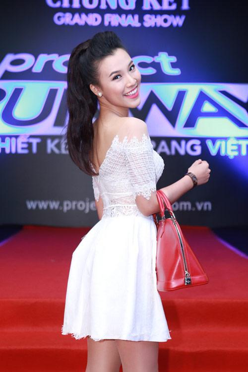 """Thu Minh, Phương Trinh đọ sức """"nóng"""" trên thảm đỏ - 17"""