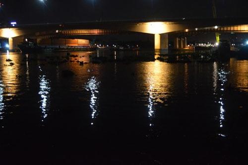 Cứu một cô gái nửa đêm nhảy sông Sài Gòn tự tử - 1
