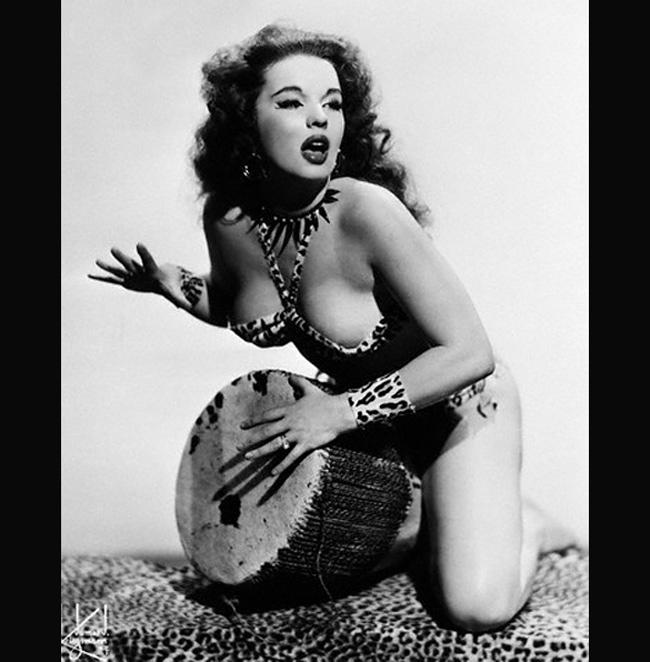 Cô gái trẻ người Mỹ lấy nghệ danh là Blaze Starr nhưng tên thật là Fannie Belle Fleming.