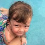 Ngôi sao điện ảnh - Con gái 2 tuổi của Hồng Nhung bơi thành thạo