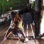 """Tin tức trong ngày - Campuchia: Bé gái 4 tuổi bị """"mẹ nuôi"""" xích suốt 2 năm"""