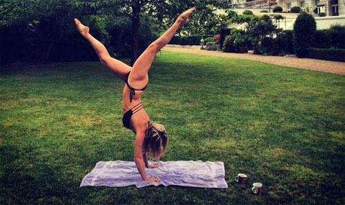 Nín thở ngắm người mẫu mặc bikini tập yoga - 8