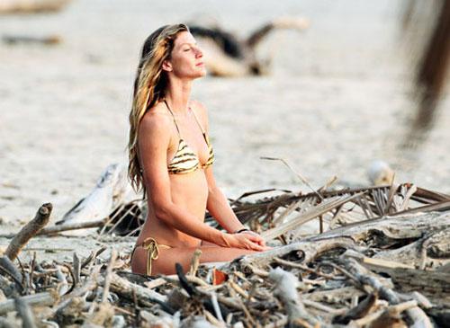 Nín thở ngắm người mẫu mặc bikini tập yoga - 11