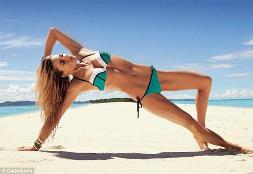 Nín thở ngắm người mẫu mặc bikini tập yoga - 1