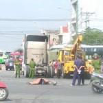 Tin tức Việt Nam - Bị xe tải kéo lê 20m, một phụ nữ tử vong