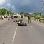 Tin tức trong ngày - Xe máy đối đầu xe tải, 2 người chết, 1 bé trai nguy kịch