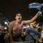 Bóng đá - Fan Argentina từ đẫm lệ chuyển sang bạo loạn