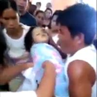 Đứng tim: Clip bé gái sống lại trong đám tang của mình