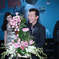 Trần Bảo Sơn cười tít mắt nhận hoa từ vợ cũ