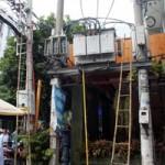 Tin tức trong ngày - Nhân viên điện lực bị điện giật dính trên cột điện