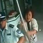 Tin tức trong ngày - TQ: Bà lao công cầm chổi đánh tên cướp ngân hàng