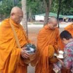 Tin tức trong ngày - Cựu thủ tướng Thái Lan cạo đầu đi ăn xin trên phố