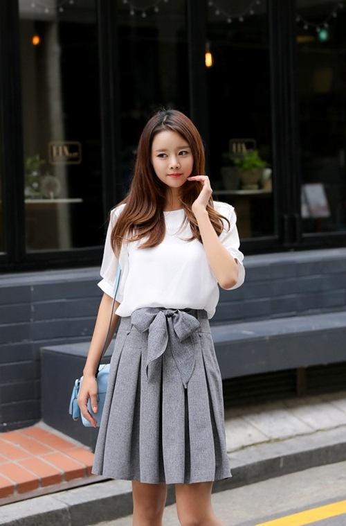 Chân váy màu xám kết hợp với áo màu gì