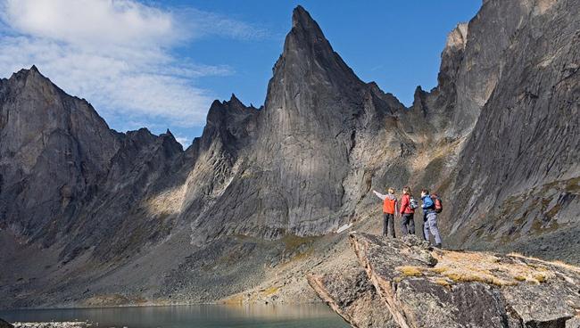 1. Công viên địa chất Tombstone nằm ở vùng Yukon, Canada: Với diện tích 2.200 km vuông, địa hình núi đá gồ ghề và là nơi sinh sống của nhiều loài động vật hoang dã, công viên Tombstone là điểm đến tuyệt vời dành cho những ai yêu thích tản bộ, leo núi và hòa mình với thiên nhiên.