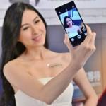 """Thời trang Hi-tech - Mỹ nữ """"tự sướng"""" bên smartphone có camera khủng"""