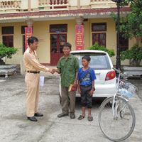 Bé trai 14 tuổi đạp xe đi lạc gần 200km