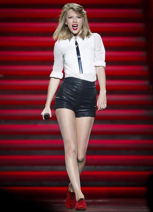 """Đôi chân """"vạn người mê"""" của Taylor Swift - 13"""