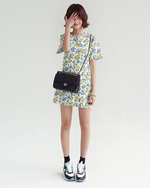 Chiếc váy với họa tiết hoa lá thì bạn cần mix cùng đôi giày thể thao cũng phải có màu sắc và điểm nhấn một chút