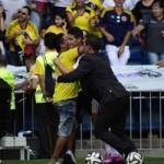 """Bóng đá - James Rodriguez """"hú vía"""" vì fan cuồng"""