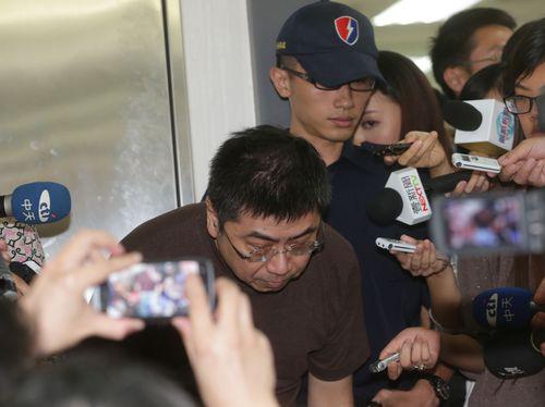 Máy bay Đài Loan rơi: Quan chức gập người xin lỗi - 4