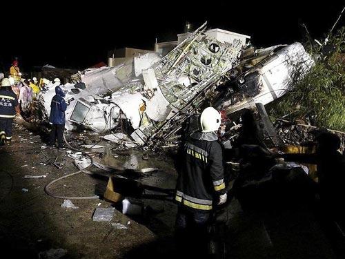 Máy bay Đài Loan rơi: Quan chức gập người xin lỗi - 2