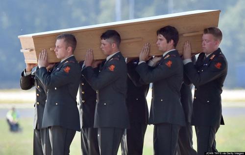 Ảnh: Hà Lan đón nạn nhân MH17 trở về - 7