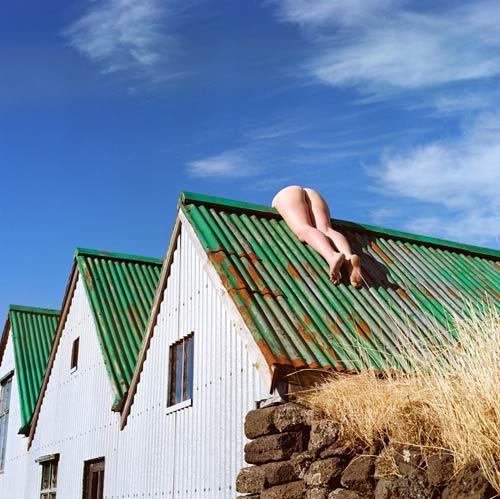 """""""Sốc"""" với cô gái khỏa thân nằm vắt vẻo trên mái nhà - 2"""