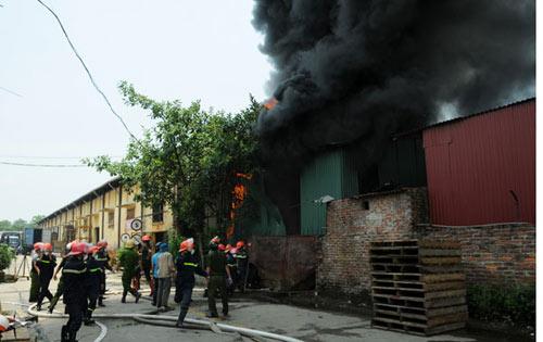 Sau tiếng nổ lớn, kho chứa cồn bốc cháy ngùn ngụt - 3