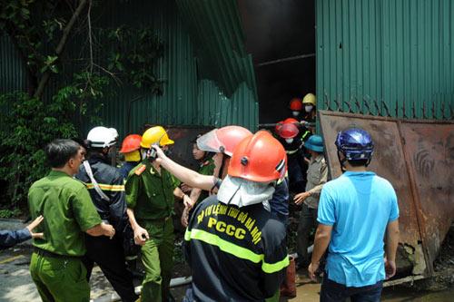 Sau tiếng nổ lớn, kho chứa cồn bốc cháy ngùn ngụt - 4