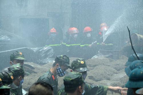 Sau tiếng nổ lớn, kho chứa cồn bốc cháy ngùn ngụt - 6