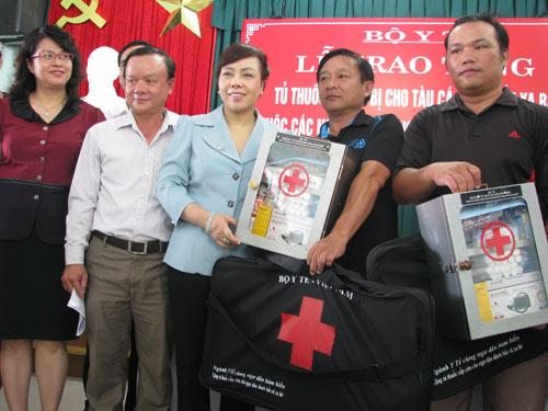 Bộ trưởng Bộ Y tế trao hơn 250 tủ thuốc cho ngư dân - 1